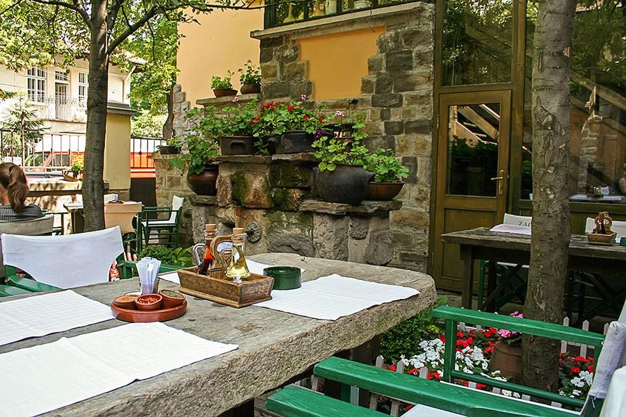 Градината на ресторант Под липите